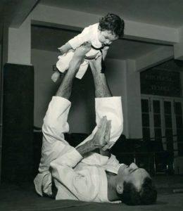Il piccolo Rorion e suo padre, Helio Gracie, nel 1952. Credit: revistatrip.uol.com.br